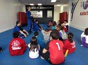"""El instructor Scott Shernoff de la The Master Method Academy dicta una charla sobre """"bullying"""" a los alumnos en la sede de esa academia de karate en Collesville, Maryland."""