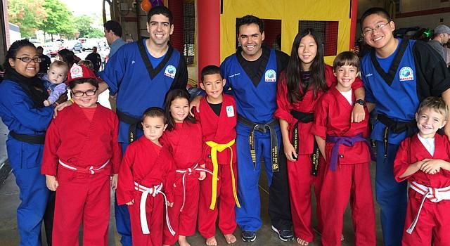 El instructor de karate, fundador de The Master Method y siete veces campeón mundial de kickboxing, el chileno Marco Sies (centro), con instructores y alumnos de su academia.