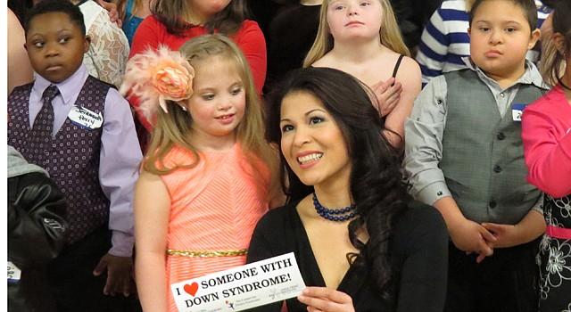 GRUPO. Fanny Gutiérrez (centro) de Univisión fue jurado en el evento. Rodeada de niños llenos de ilusión.