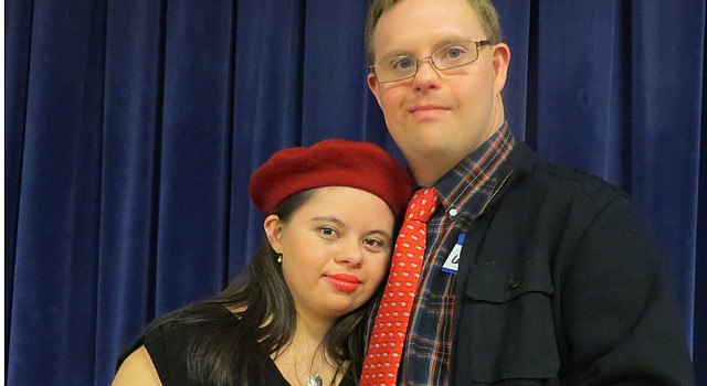 Melissa Castellanos de 24 años y Eric Latcheran, de 26, audicionaron para desfilar como modelos en una gala de DC.