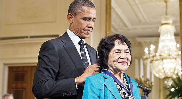 """MEDALLA. El presidente Barack Obama le concedió la """"Medal of Freedom"""" a Huerta el 29 de mayo de 2012."""