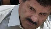 """Imagen de archivo del 22 de febrero de 2014 muestra a Joaquin """"El Chapo"""" Guzmán, esposado y escoltado hacia un helicóptero por solddaos de la Marina Armada de México, en la capital mexicana. (Foto AP/Eduardo Verdugo, archivo)"""