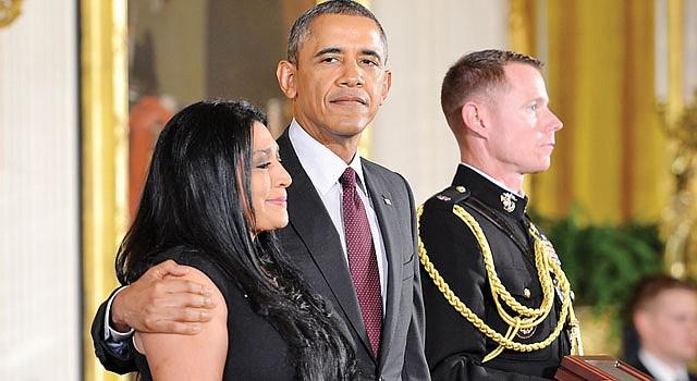ORGULLO. Obama abraza a Lenora Alvarado, hija de uno de los condecorados.