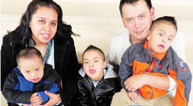 CINCO. María Campuzano y José Luis Moreno con sus niños (de izq. a der) Jesús de 3 años; José de 7 y Sahid, de 5.