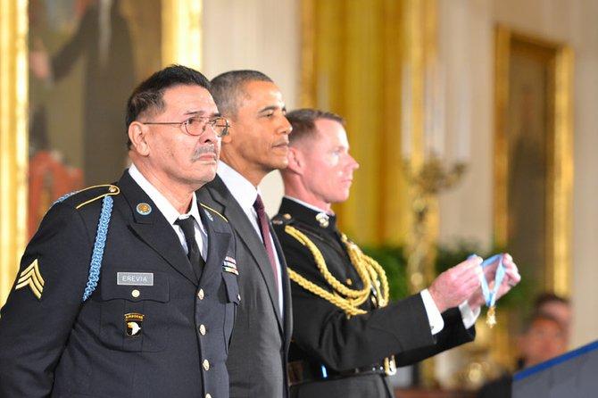Santiago J. Erevia, recibiendo la Medalla de Honor por el presidente Barack Obama en la Casa Blanca.