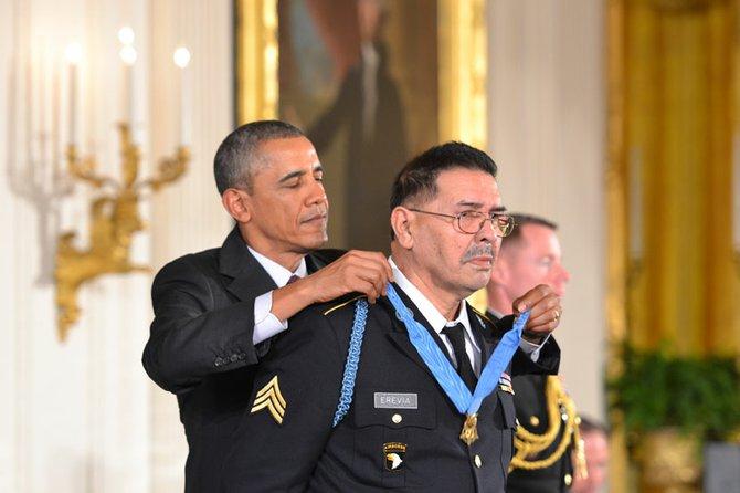 El presidente Obama colocando la Medalla de Honor al veterano de guerra Santiago J. Erevia.