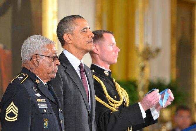 El presidente Obama coloca la Medalla de Honor al veterano de guerra Melvin Morris.