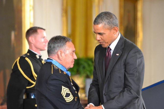 José Rodela después de recibir la medalla por el presidente.