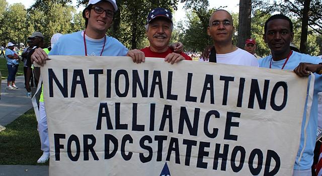 """El activista Franklin García (tercero a la izquierda) confía en convertirse en representante """"a la sombra"""" en DC."""