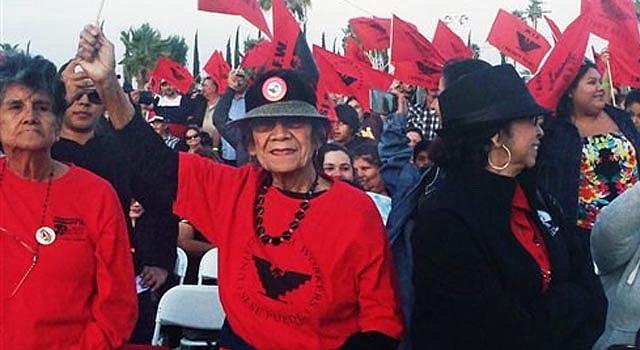 """Agricultores del Valle Central de California ondean banderas de la Unión de Campesinos en una función especial de la película """"César Chávez"""" de Diego Luna realizada en The 40 Acres, la antigua sede de la Unión en Delano, California, en una fotografía del martes 25 de marzo de 2014. El lugar es ahora un monumento histórico nacional. """"César Chávez"""" se estrena el viernes 28 de marzo de 2014 en Estados Unidos. (Foto AP/Sandy Cohen)"""