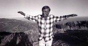 El fotógrafo Víctor Alemán siguió a Chávez durante los años 60. Esta foto fue tomada en las montañas de Santa Mónica, California. -Vía EFE-
