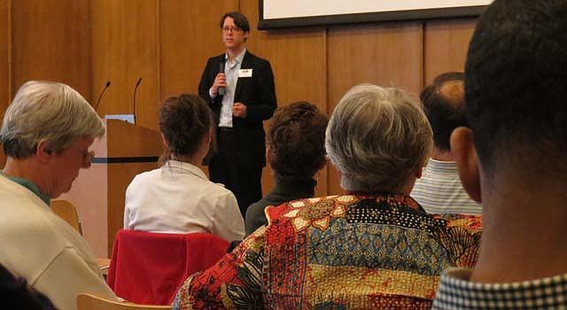 Hans Riemer explica como el EITC ayuda a eliminar la pobreza en el condado de Montgomery, MD, el 29 de marzo.