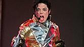 """ARCHIVO - Esta imagen del 31 de mayo de 1997 muestra a la estrella del pop Michael Jackson en el escenario durante su gira """"HIStory Tour Part II"""" en Alemania y otros países de Europa en el estadio Weserstadion de Bremen, Alemania. (Foto AP/Joerg Sarbach, Archivo)"""