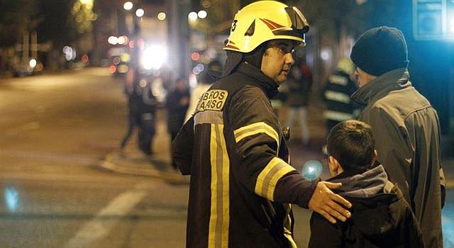 Oficiales ayudan a personas a evacuar tras amenaza de tsunami por terremoto en Chile.