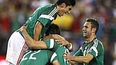 Los jugadores de la selección mexicana festejan el tanto de Alan Pulido (11) durante un partido amistoso contra Estados Unidos, el miércoles 2 de abril de 2014 en Glendale, Arizona (AP Foto/Rock Scuteri)
