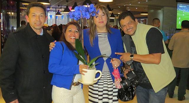 Dora Escobar (segunda a la izquierda) durante la inauguración de su local en Langley Park, MD.
