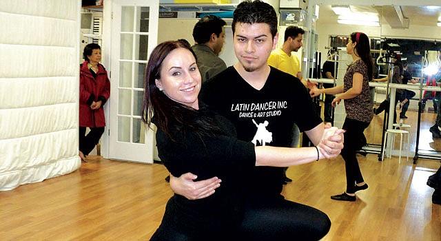 INSTRUCTOR. Patricio Lizárraga lleva a su pareja de baile en el estudio de Latin Dancer en Falls Church, VA.