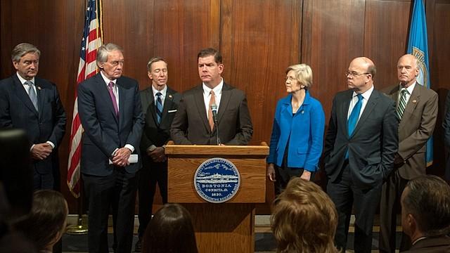 Alcalde Martin J. Walsh junto al congresista John Tierney, senador Ed Markey, congresista Mike Lynch y la senadora Elizabeth Warren (Photo: Jeremiah Robinson / Mayor's Office)