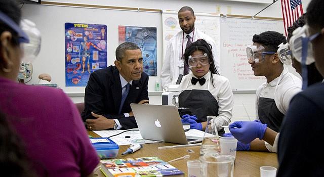 El presidente Barack Obama con estudiantes de la secundaria de Bladensburg, Maryland.