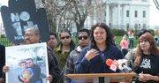 Naira Zapata inició el martes 8 de abril una huelga de hambre ante la Casa Blanca por la reunificación familiar y contra las deportaciones.