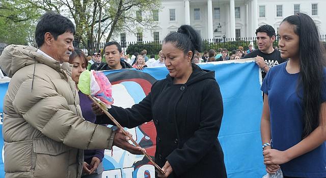 José Valdez entrega una Virgen de Guadalupe a Ernestina Hernández (junto a su hija Melanie) de Texas para darle el relevo en la huelga de hambre que él llevó a cabo frente a la Casa Blanca para pedirle al presidente Barack Obama que pare las deportaciones de indocumentados.