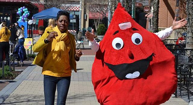 La mascota de la campaña se hizo presente en el evento de recaudación de fondos en Rockville, Maryland, el domingo 6.