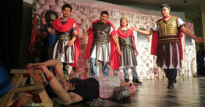 Jóvenes dramatizan la pasión de Cristo