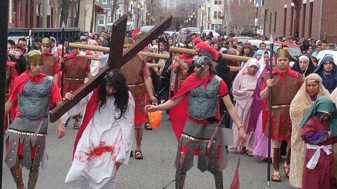 Via Crucis el Viernes Santo en East Boston. Fuente: Las Parceritas