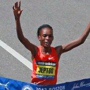 Rita Jeptoo defiende su título en el #BostonMarathon por tercera vez, y se convierte en la séptima en ganar tres veces la carrera. Llegó en 2:18:57, venciendo el record de 2:20:43