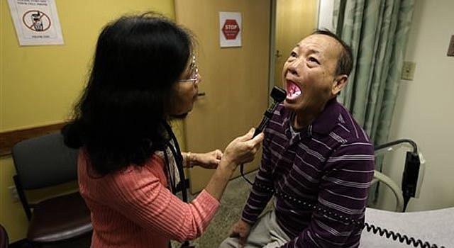 En esta foto de archivo tomada el 1 de marzo del 2013, Chan Lai Ly, derecha, es examinado por Honghue Duong, asistente médica, como parte de un servicio regular relacionado conr los Servicios de Salud de la Comunidad Internacional de Seattle. Durante las dos últimas décadas, las tasas de ataques cardíacos y derrames cerebrales entre los diabéticos han descendido en más de un 60%, demuestra un nuevo estudio federal. En la investigación también se confirmaron informes previos de descensos drásticos de diabetes relacionada a la insuficiencia renal y amputaciones. (Foto AP/Ted S. Warren)