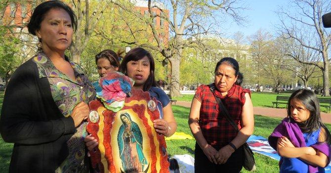 Madres inician huelga de hambre frente a Casa Blanca