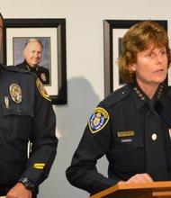La jefa de Policía de la Ciudad de San Diego, Shelley Zimmerman, y el Teniente de Policía de La Mesa, Matt Nicholas, durante la conferencia de prensa el miércoles 23 de abril.