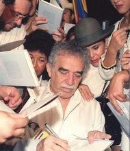 El escritor colombiano Gabriel García Márquez es acosado por el público durante la presentación de uno de sus libros  en el Pabellón de Colombia de la Expo 92. EFE / Emilio Morenatti.