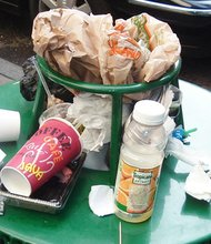Estas desagradables escenas de desorden, no tienes por qué verlas cuando tienes una bolsa resistente para recoger la basura sobrante.