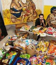 El artista plástico Pablo Llana, de Tijuana, con tres piezas de su actual obra Mouthful, esta en exhibición hasta finales de mayo en el ICBC Tijuana.  Estefan Falke.