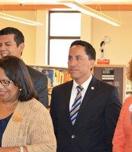 Debora Barrow, directora de Bibliotecas Públicas mostró entusiasmo por la propuesta.