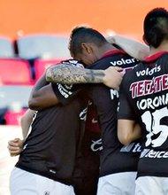 El gol de Benedetto los mantiene en la pelea por un lugar dentro de los mejores 8 del fútbol mexicano. Los Xolos felicitando al jugador argentino.(Foto-Cortesía: Sitio Xolos).