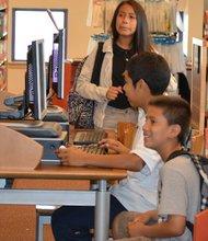 Varias escuelas de San Diego permiten que los padres registren a sus hijos por Internet, pero de acuerdo con ACLU, en algunos casos podría ser discriminatorio, pues hay muchas familias que no tienen este recurso.