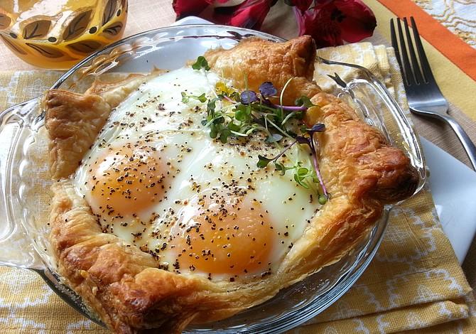 Huevos en Canasta de Mil Hojas con Queso Parmesano y Lomo Canadiense