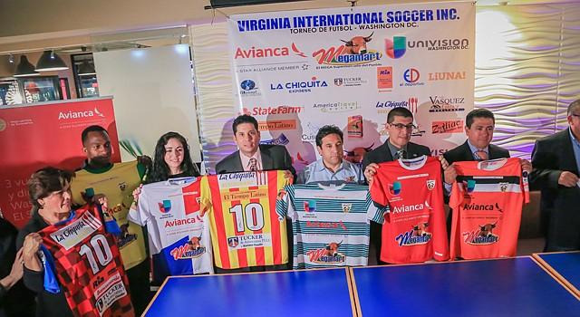 Algunos de los patrocinadores del Torneo Avianca/Megamart/Univisión muestran camisetas de los equipos