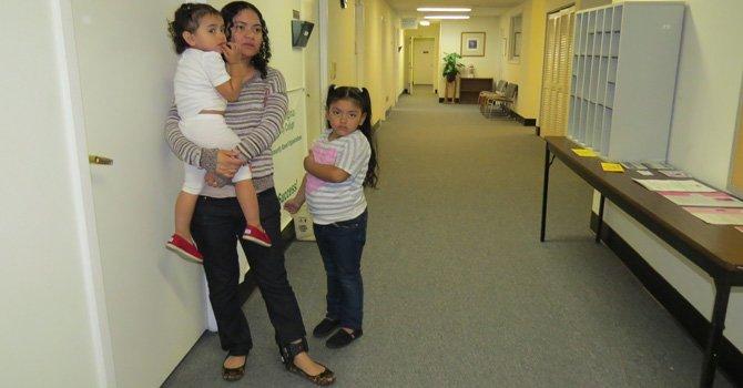 ICE permite a madre inmigrante permanecer en el país