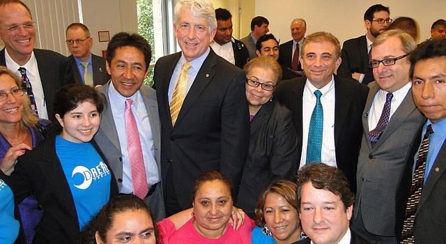 Mark Herring (centro) rodeados de políticos, activistas, empresarios, educadores, dreamers y padres el 29 de abril. Diferentes sectores pidieron al fiscal que analizara la ley.