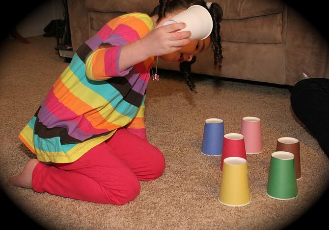 Juego de esconder con vasos de cartón