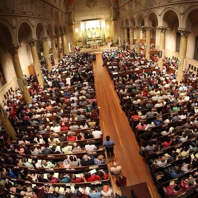 """Más de 1000 católicos asistieron a la misa especial en St. Paul Parish para oponerse a la """"Black Mass"""""""