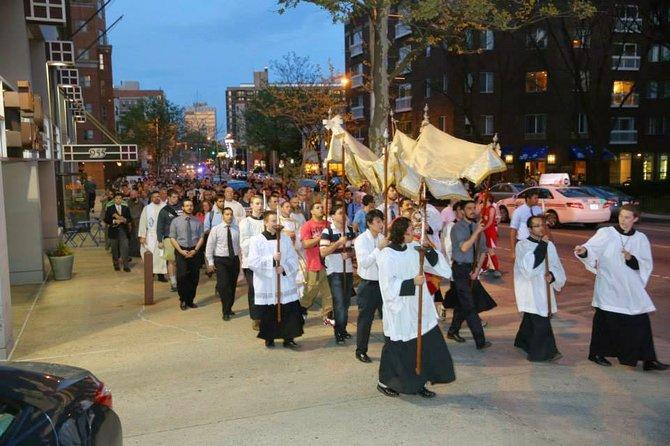 Procesión de católicos desde MIT hasta Harvard vía Mass. Av.