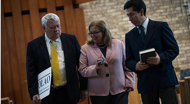 ADELANTE. Activistas de la Coalición de Organizaciones Latinas de Virginia (VACOLAO) en una reunión. Andrés Tobar (izq.), del Centro de Trabajadores de Shirlington; Leni González de LULAC, y Edgar Aranda-Yanoc, coordinador en el Legal Aid Justice Center y presidente de VACOLAO.