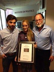 En la foto el estudiante Juan Andres Mejía, Lilian Tintori esposa de Leopoldo Lopez y el profesor Ricardo Hausman