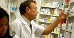Un farmacéutico busca medicamentos en anaqueles. EFE/Archivo