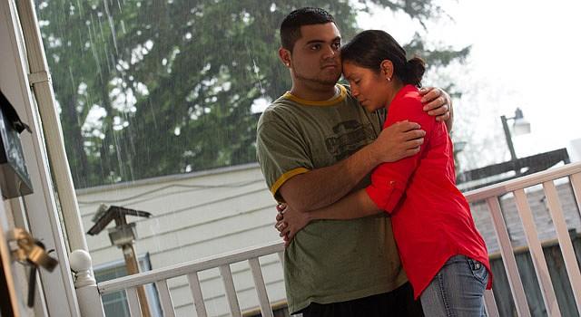 AMOR FILIAL. Juan Bernabé y Yanci De La O, el lunes 12 de mayo, se abrazan en las afueras de un consultorio en Gaithersburg, MD.