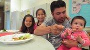 Víctor Torres y sus hijas  Valentina, de 8 meses,  Dianna de 7 años y Danielle, de 5.